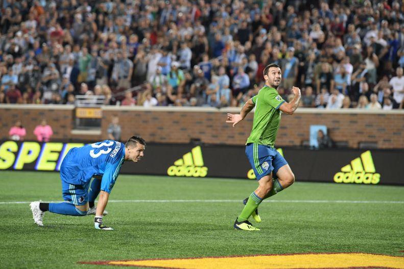 Bruin looks at goal