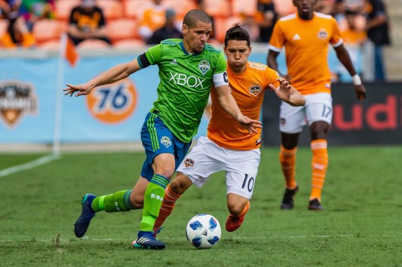 Osvaldo Alonso heads up the field